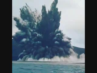 Мощный фреатический взрыв на вулкане Анак-Кракатау (Индонезия, 30 декабря 2018).