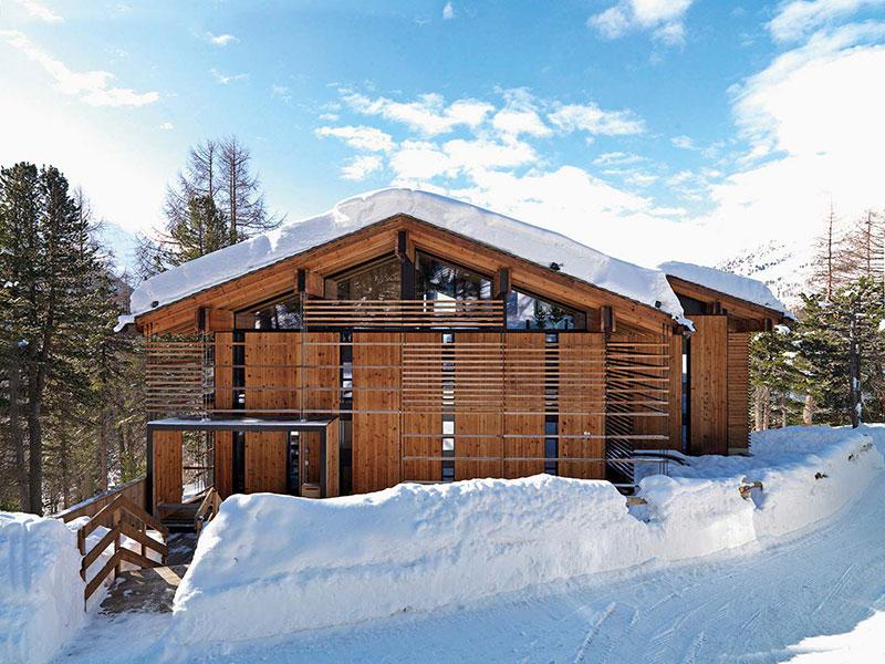 Современное шале у горнолыжной трассы в Швейцарских Альпах