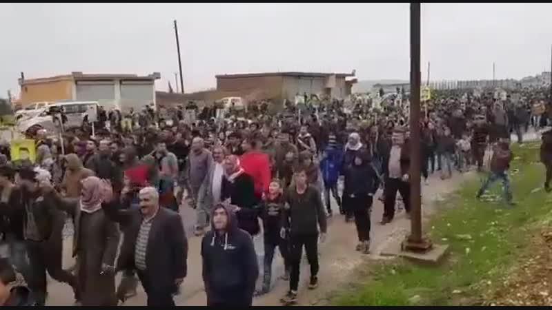 Курды направляются к базе коалиции в районе города Кобани протестуя против вывода войск США
