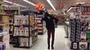 Парень круто танцует с головой манекена на голове в магазине! ЖЕСТЬ! УГАР!