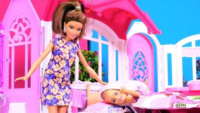 Barbie saçları ıslak yatıyor. Kukla oyunu