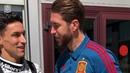 Sergio Ramos recibe a sus compañeros en la Selección española