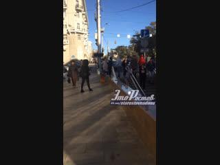 Наркоман-игроман на сидит на Садовой/Ворошиловском возле перехода - 3.11.18 - Это Ростов-на-Дону!