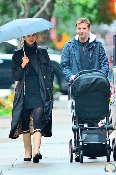 Ирина Шейк и Брэдли Купер гуляют с дочкой по дождливому Нью-Йорку