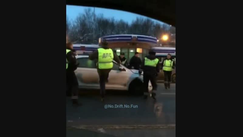 9 февраля во Владимире сотрудники ДПС выстроили «живой щит» из автомобилей обычных горожан, чтобы задержать нарушителя.