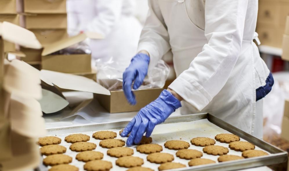 Кошерная пекарня служит и производит товары, которые считаются кошерными по еврейскому закону.