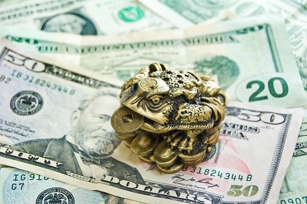 денежная магия. притяжение денег. существует множество магических обрядов по притяжению денег. наверное, не найдется человека, который бы хоть раз не попробовал притянуть деньги с помощью магического обряда. кто-то изготовил себе денежный талисман,