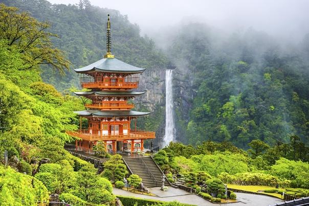 Пагода Сейгантодзи и водопад Начи-но-таки
