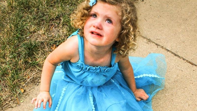 БРОШЕННАЯ МАЛЫШКА Все разошлись по домам а малышка так и была на площадке Её бросили