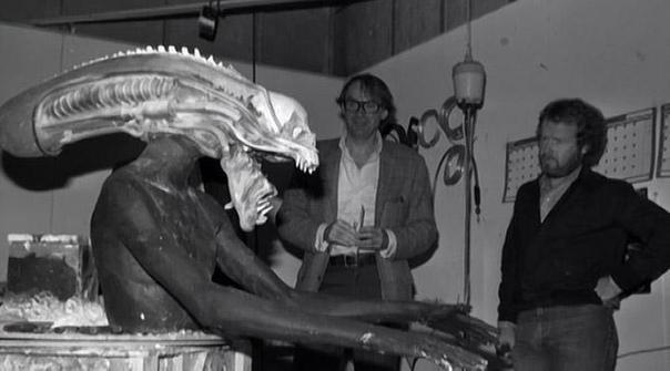 Бадеджо Боладжи Боладжи учился в Лондоне на художника-графика, много путешествовал. Побывал и в Соединенных Штатах, три года прожив в Сан-Франциско. Его рост по разным данным 208 или 218 см, у