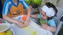 Видео для детей.Ребёнок сам делает кинетический песок в домашних у
