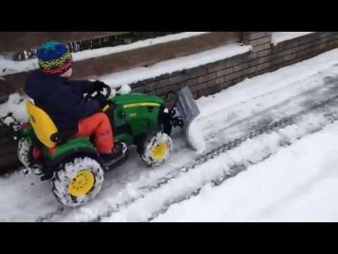 Schneeräumen mit Peg Perego John Deere und Rolly Toys Schild