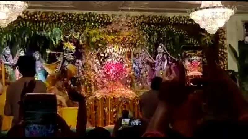 Цветочная абхишека Шри Шри Радха Мадхавы на Джанмаштами Маяпур