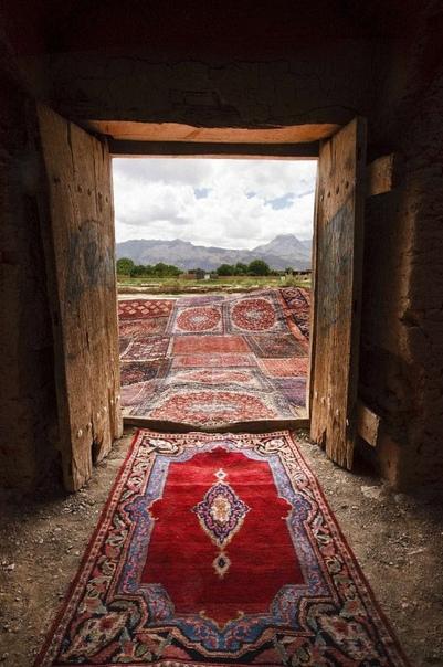 Серия фотографий Джалала Сепехра (Jalal Sepehr) Knot Серия Knot — это 12 снимков, сделанных в историческом городе Язд в 2011 году. В ней фотограф стремился показать связь между традиционной