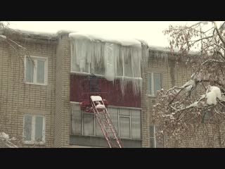 Жители дома по улице Пришвина стали заложниками огромной наледи
