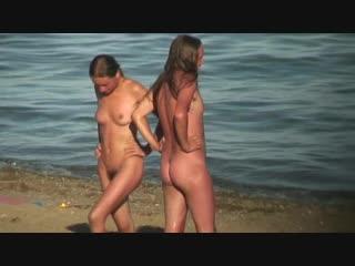 Голые нудистки на пляже - наблюдения и съёмка. Типа, подглядывыание :-)