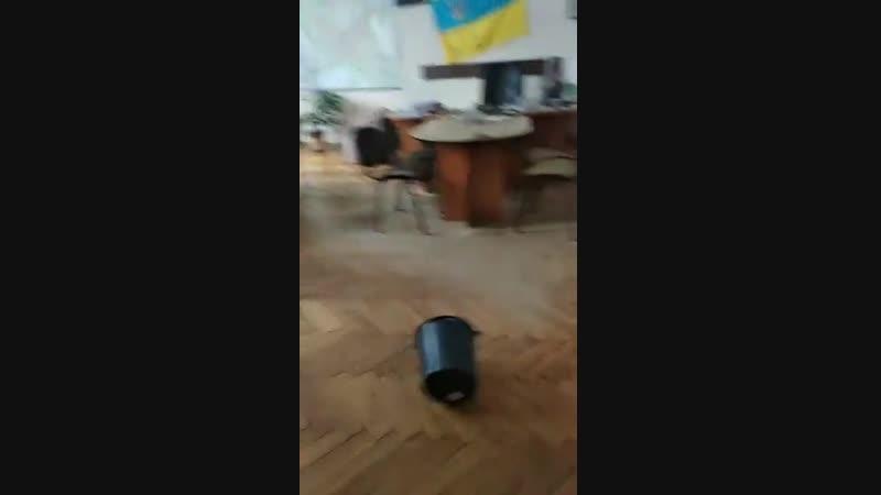 Активисты ворвалась в кабинет зам. гор. головы Житомира Дмитрия Ткачука и рассыпала там ведро с песком