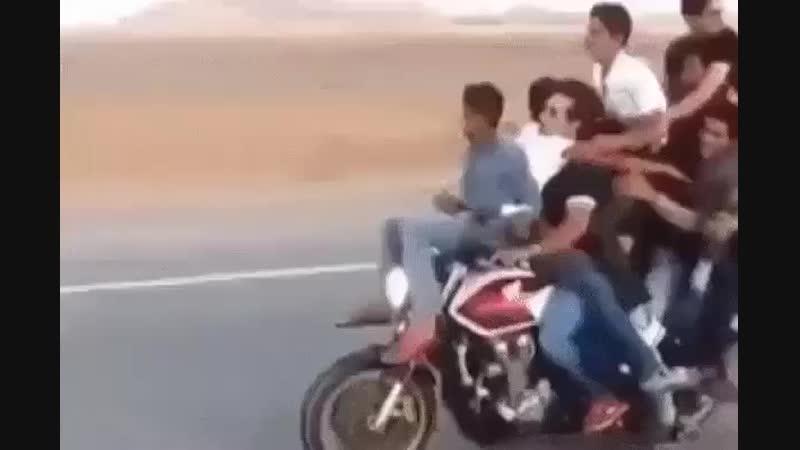 Как правильно подвозить друзей на Мотоциклие?