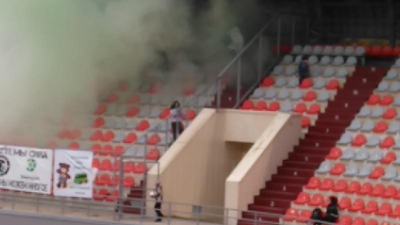Фанаты ФКЭлектрон зажгли петарды в матче с Автофаворитом (Псков)