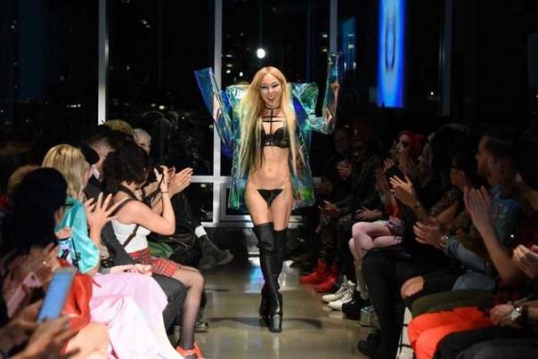 Высокая мода ниже пояса: чем дизайнеры удивляли на Неделе моды в Нью-Йорке Когда в детстве смотрела показы моды, искренне не понимала, почему в магазинах продают такие красивые вещи, а эти тети