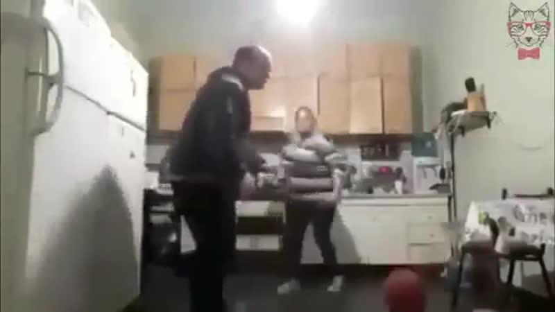 Скільки тобі казати - ніякого футболу в хаті!