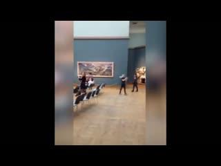 Мужчина в стрингах в Третьяковской Галерее попал на Видео