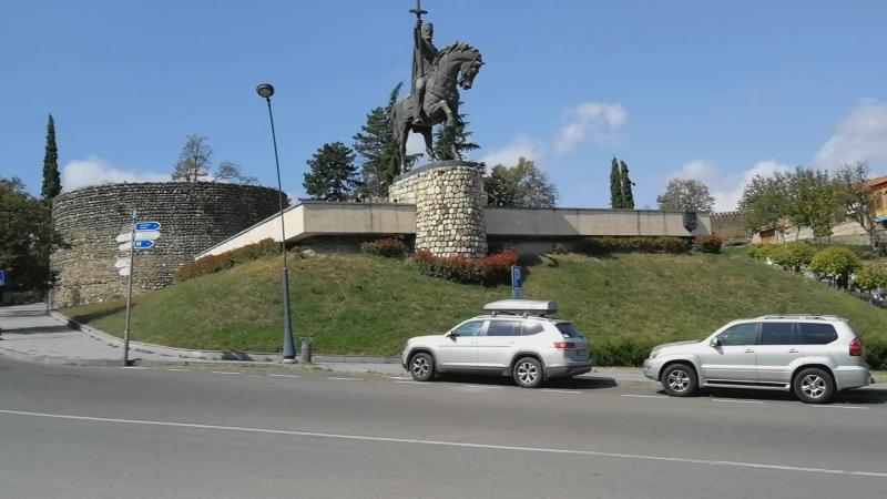 Телави. Памятник Ираклию II и крепость Батонис-Цихе