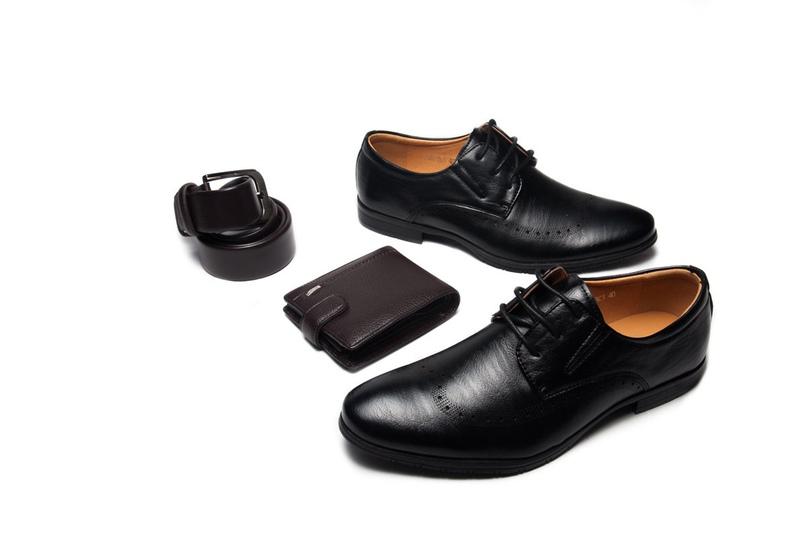 Магазин Шуз Холл, стоимость ботинок 1 590 рублей.
