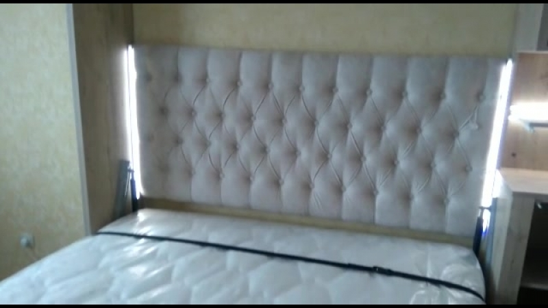 кровать с декоротивным пано