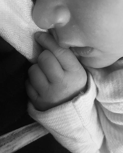 Кейт Аптон впервые стала матерью Подтверждение появилось в Instagram модели в воскресенье.Женевьева Аптон Верландер подписала Кейт фото новорожденной дочки.Супруг Аптон тоже опубликовал