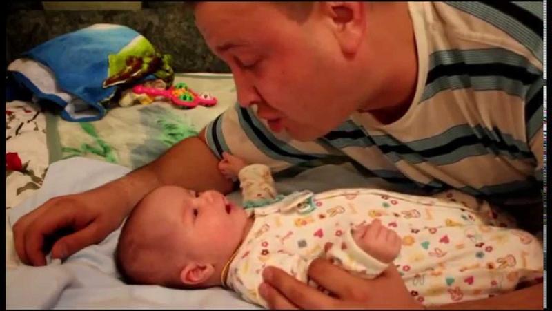 Папа с сыном поет песню про Маму