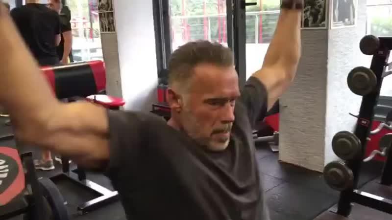 Арнольд Шварценеггер тренируется
