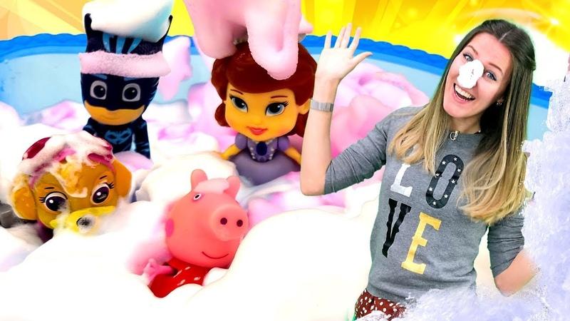 Un baño con espuma de colores. Guardería Infantil. Vídeos de juguetes para niños.
