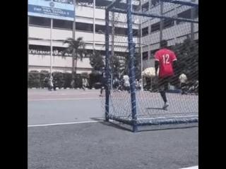 Мальчик с одной ногой на воротах