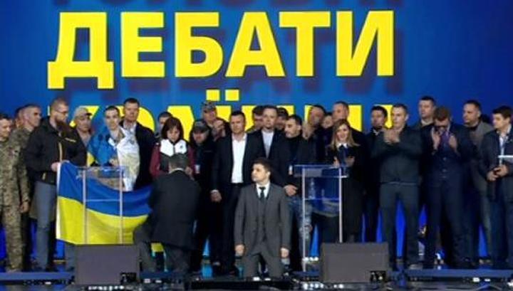 Вести.Ru Порошенко согласился отказаться от друга и вслед за Зеленским встал на колени