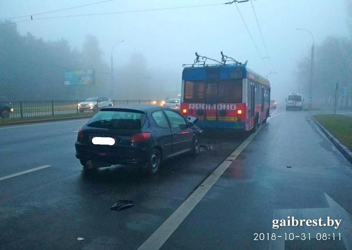В Бресте автомобиль «Пежо 206» столкнулся с троллейбусом