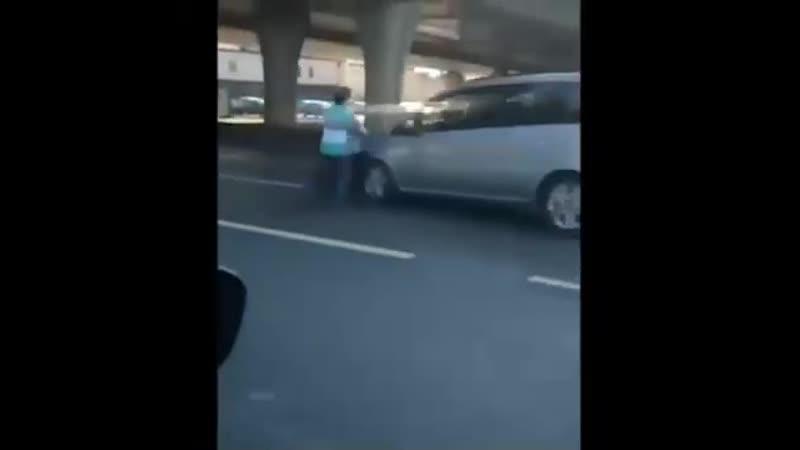 Безрассудная мать с коляской, попыталась перейти напролом одну из самых широких улиц Казани.