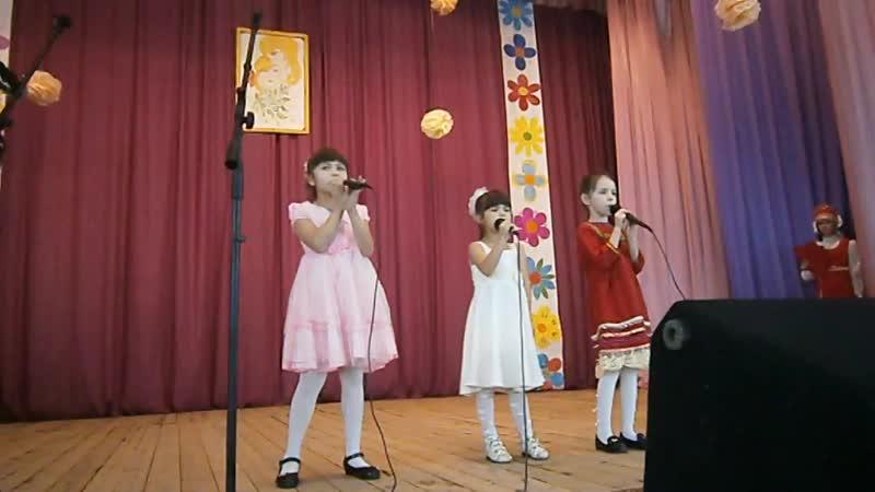 Поют - Азинбаева Варя, Никишева Лера, Николина Ангелина