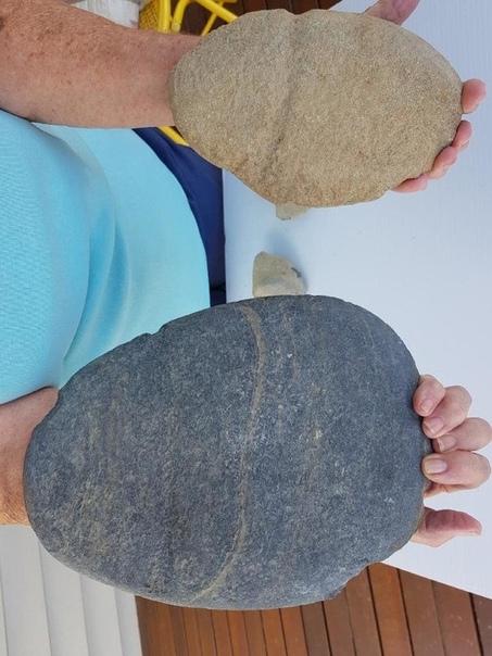 Каменный топор огромных размеров подтверждает существование гигантов Жительница штата Квинсленд (Австралия) Стефани Бергер откопала на своем участке каменный топор. Артефакт во всем похож на