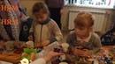 Дети поедают конфеты Гора сладостей