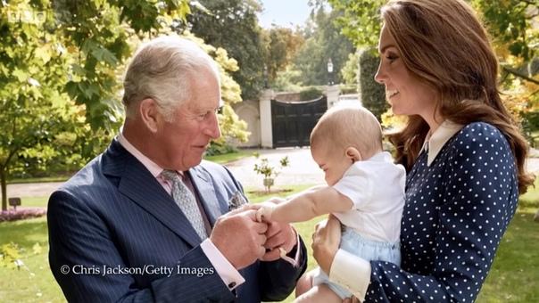 Опубликовано новое фото принца Луи с принцем Чарльзом и Кейт Миддлтон 14 ноября принцу Чарльзу исполнится 70 лет, и Кенсингтонский дворец готовится к событию основательно. Речь не только о