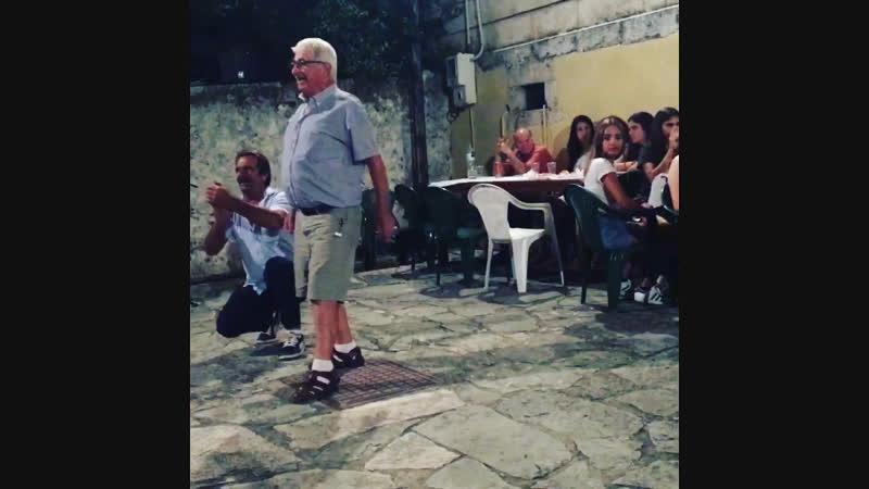 Танцует от души островитянин о. Кефалония