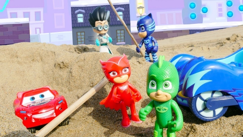 PJ Masks de brinquedo. Romeo captura o Raio McQueen.