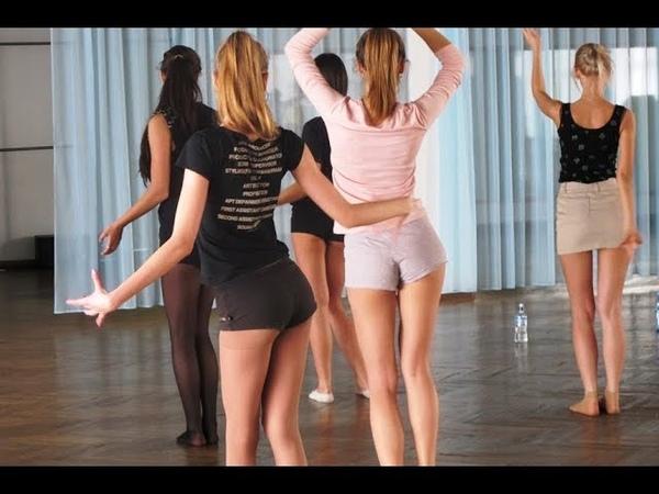 Под песню Цоя танцуют красиво девушки