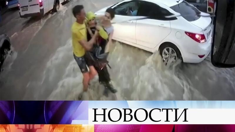 В Севастополе во время недавнего циклона бурные потоки чуть не унесли ребенка под колеса автомобиля.
