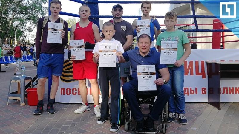 Тренер инвалид учит боксу