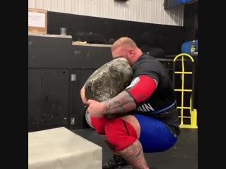 Strength of Body. Атлет тренируется с огромным камнем