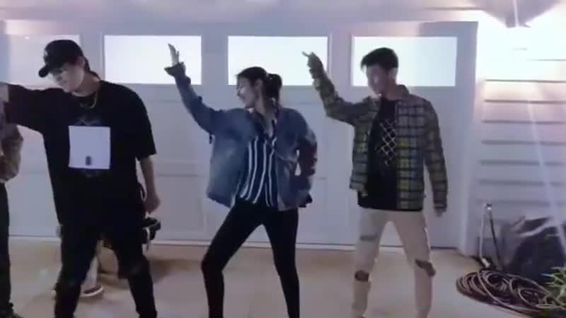 Лайза и Энрике танцуют с друзьями