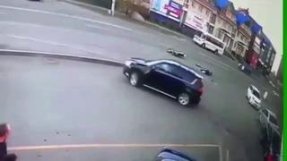 Момент ДТП мотоциклиста с Пежо на Алешина