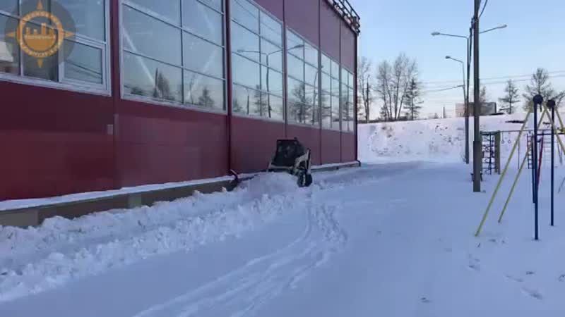 Уборка снега возле спорткомплекса Солнечный.